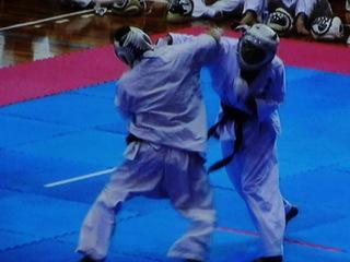今年3月24日に開催された総合武道選手権大会(無差別)では、決勝戦において右ストレートで技有り(ダウン)を奪って優勝を果たしている